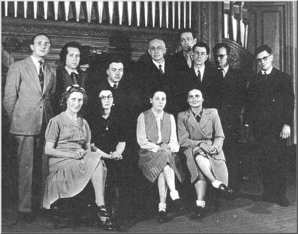Classe d'orgue de Marvel Dupré en 1947. Jean Costa 1er à gauche