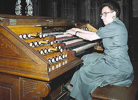 Suzanne Chaisemartin aux claviers du grand-orgue de Saint-Augustin à Paris